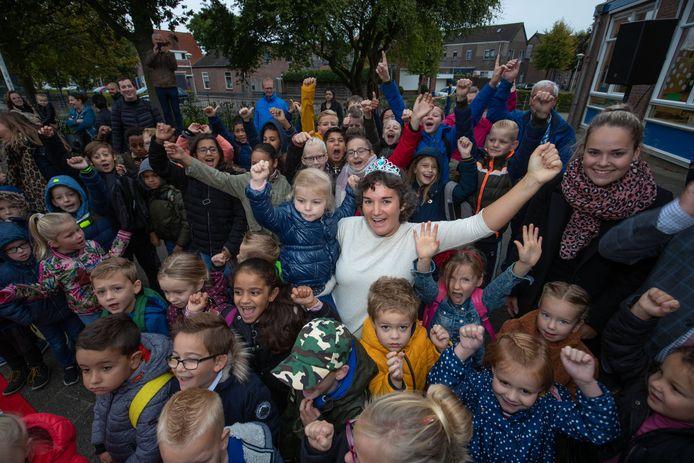 Juf Hanneke Lamberts tussen de leerlingen van haar eigen groep 1/2.