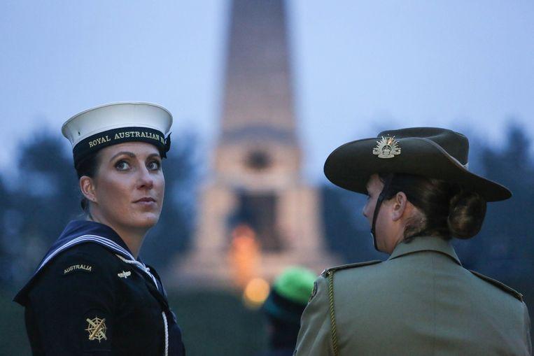 Australische militairen bij het monument op Buttes New British Cemetery.