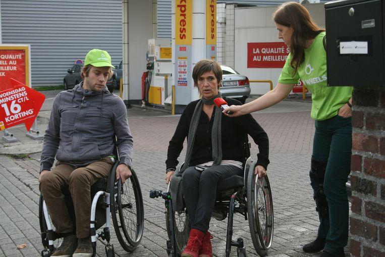 Michiel Desmet en Anja Daems in de rolstoel aan een tankstation.