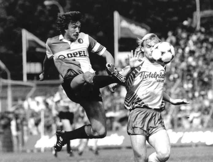 Ben Wijnstekers in duel met Ron de Roode van FC Den Haag