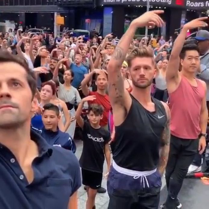 Dansers veroveren Times Square na uitlachen prins George.