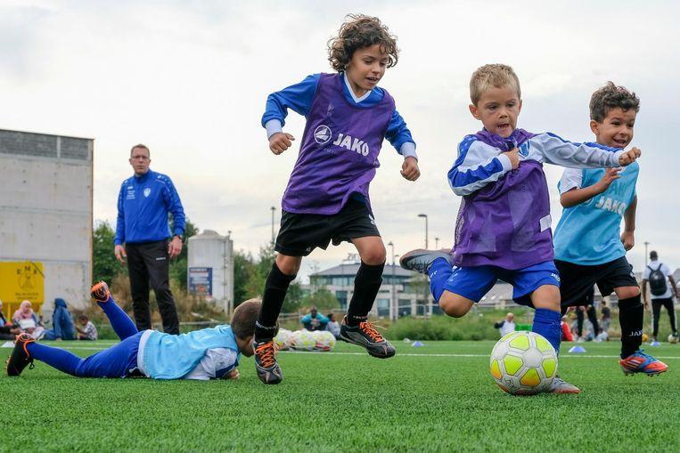 De jonge spelertjes kunnen zich uitleven op de terreinen langs de Lenniksebaan.