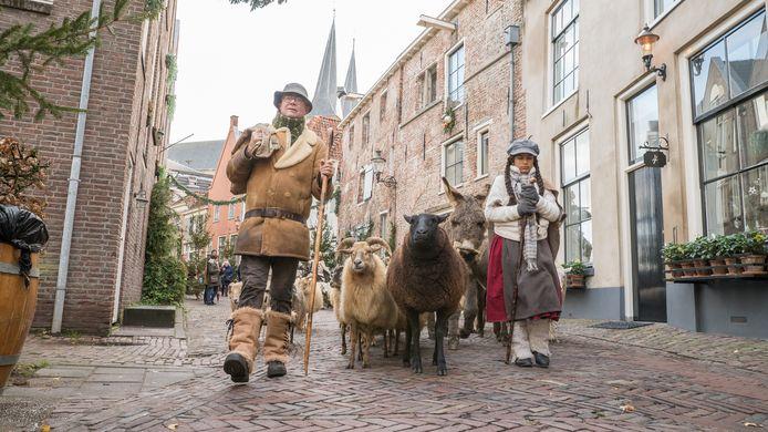 Schapen, ezels, mannen op fietsen, een queen: er komt je van alles tegemoet als je als bezoeker Dickens in Deventer bezoekt.