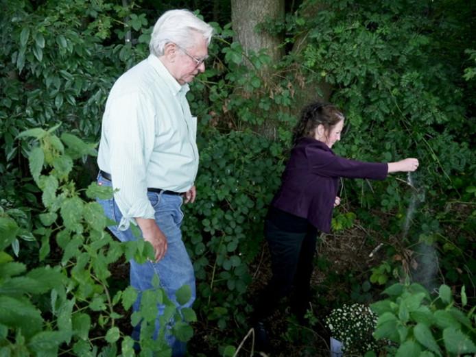 Don Mills en Diann Muffet-Mills strooien de as van hun vader uit in de bosrand waar hij met zijn parachute landde.
