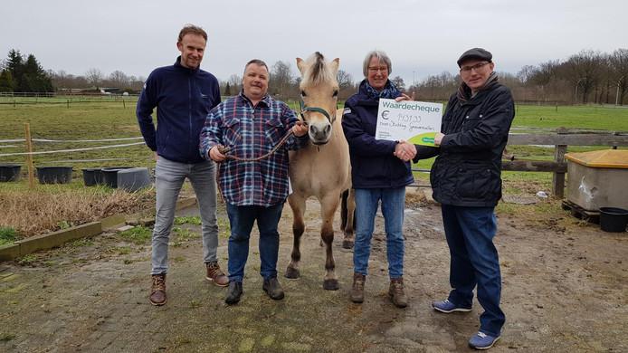 Een afvaardiging van Specsavers Almelo overhandigt de cheque aan Stichting Gravenruiters.