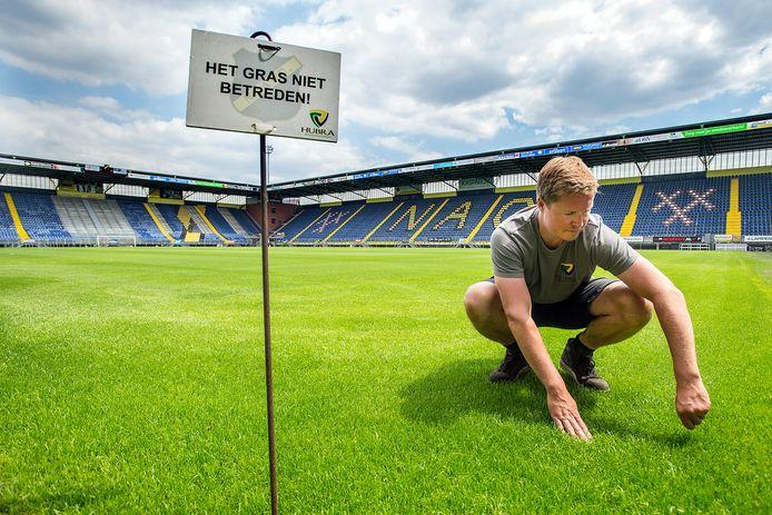 Grasmeester Erwin Braspennig is samen met Wil Huijbregts eigenaar van Hubra Fieldmanagement en in die hoedanigeid verantwoordelijk voor de Bredase grasmat.