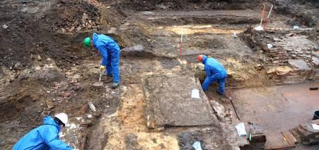Langer kijken bij opgravingen op Kerkplein in Arnhem