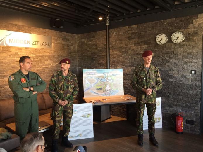 Militairen geven uitleg over de oefening op vliegveld Midden-Zeeland.