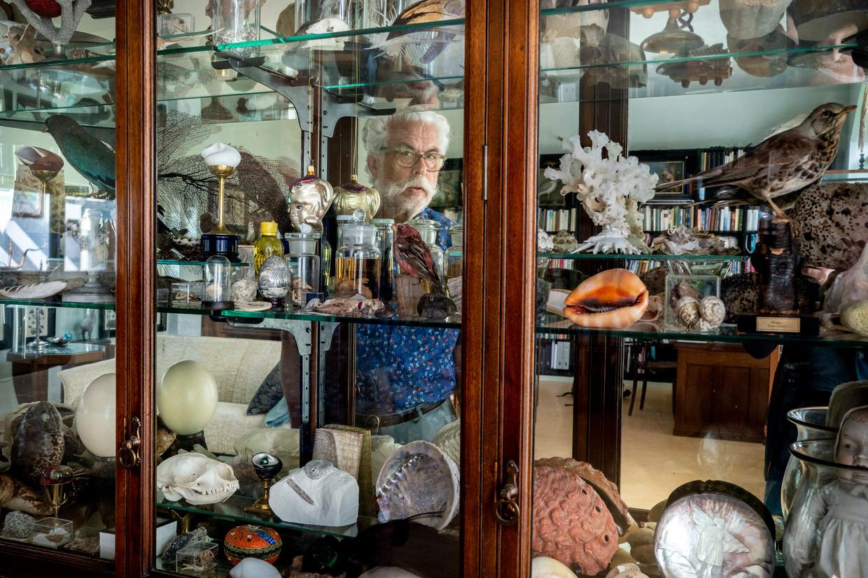 Fred de Ruiter, schrijver van 'Natuurschatten' bij de vitrine waarin ook de mineralenverzameling van zijn vader staat.