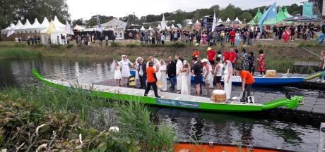 Bruidegommen en oliesjeiks racen door Apeldoorns kanaal