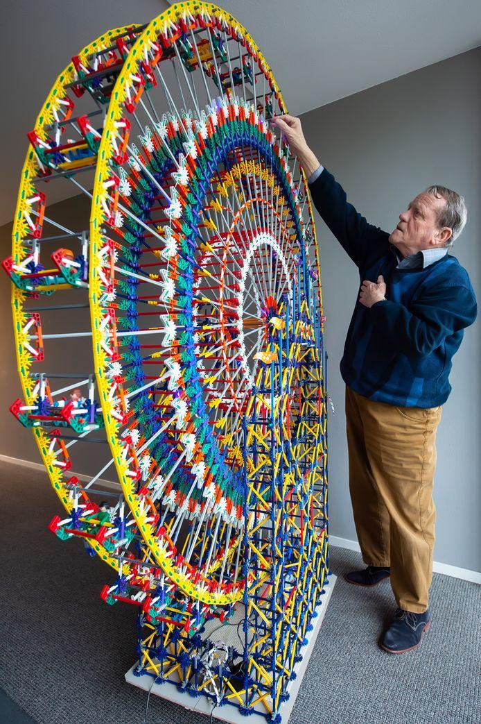 Anton van der List (76) uit Breda heeft een enorm Knex-reuzenrad gebouwd. Pix4Profs/René Schotanus