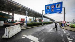 """Jean-Marie Dedecker van plan om snelwegparking langs E40 in Mannekensvere te sluiten. """"Situatie met transmigranten onhoudbaar"""""""