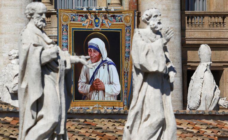 Een afbeelding van Moeder Teresa op het Sint-Pietersplein in Vaticaanstad.
