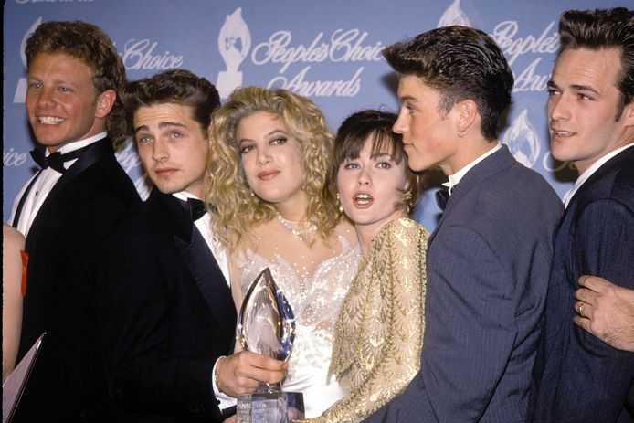 De Beverly Hills 90210 acteurs tijdens de People's Choice Awards in 1992. Van links naar rechts: Ian Ziering, Jason Priestley, Tori Spelling en Shannen Doherty, Brian Austin Green en Luke Perry .
