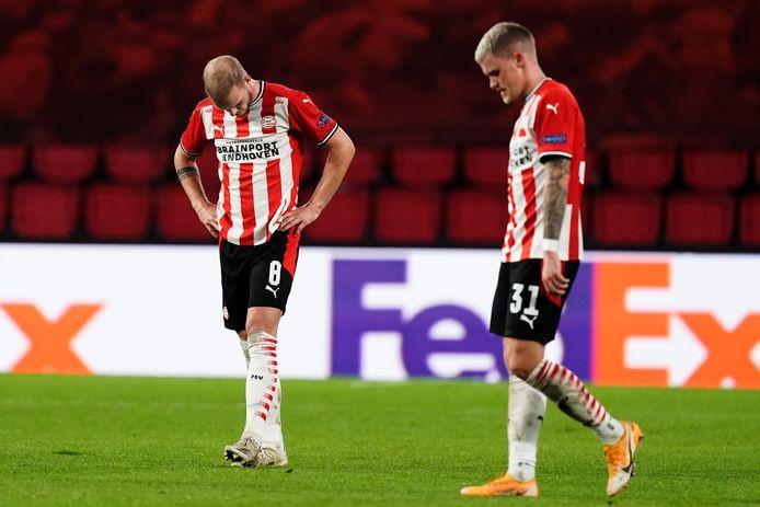 Jorrit Hendrix en Philipp Max balen na de nederlaag van PSV tegen Granada.