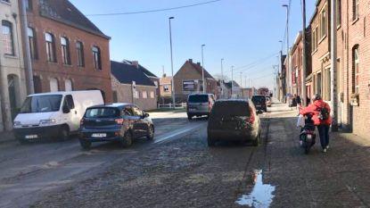 Mestkar gaat open en spuit in het rond: tiental huizen en straat besmeurd in Beveren-Leie