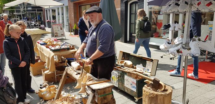 Een klompenmaker aan de Wemenstraat.
