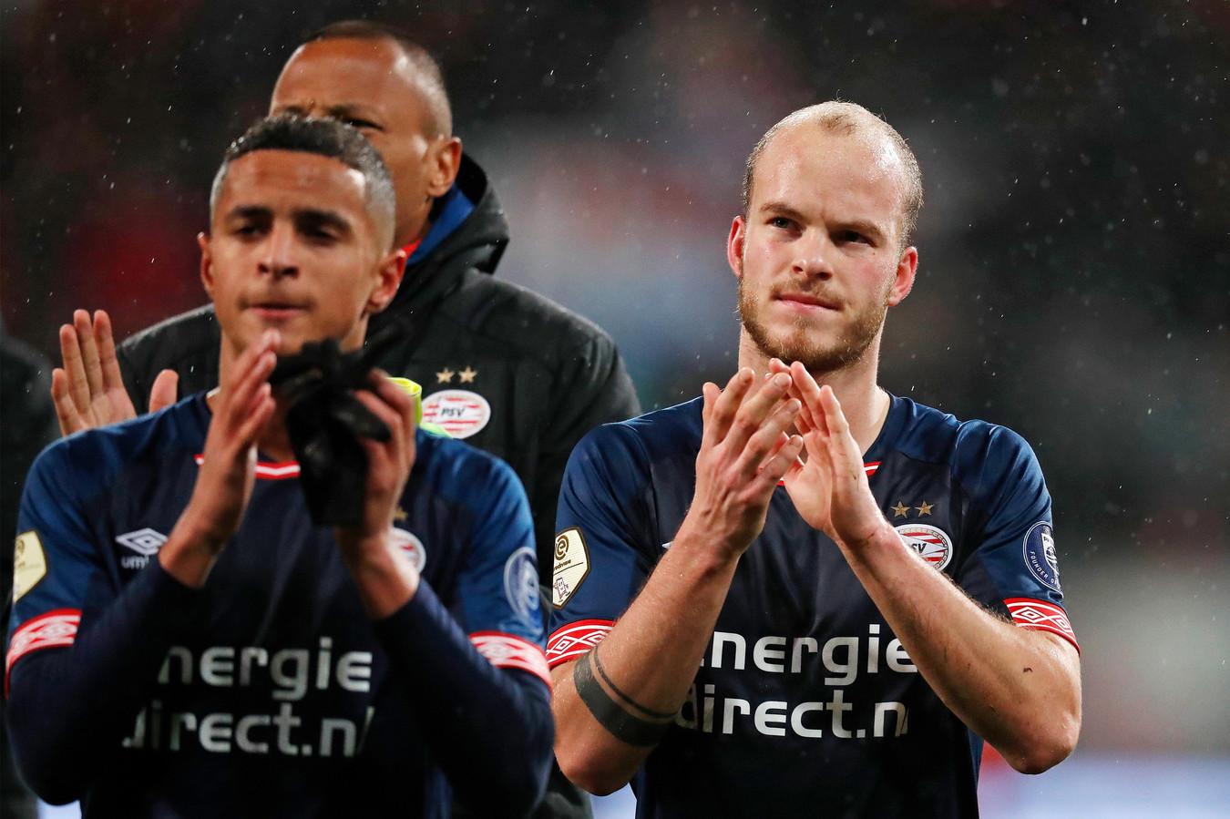 Mohammed Amine Ihatarren (l) en Jorrit Hendrix (r) bedanken het meegereisde PSV-publiek.