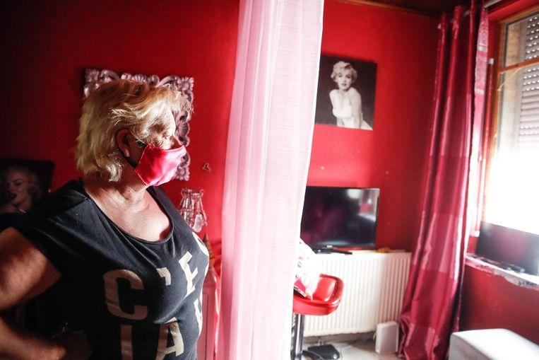 Dolores in haar kamertje in Brussel, waar ze normaal shiften van 12 uur per dag werkt.
