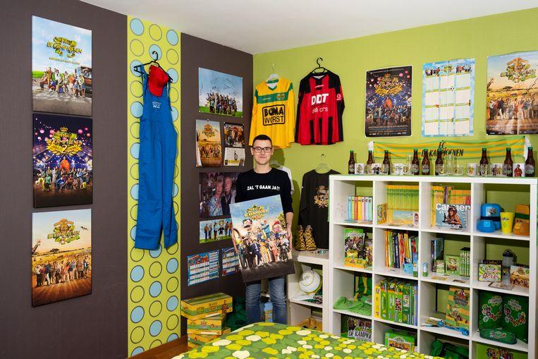 Glenn in z'n FC De Kampioenen-museum thuis: van schoenen van Carmen tot affiches, bierflesjes en juwelen van Pascaleke.