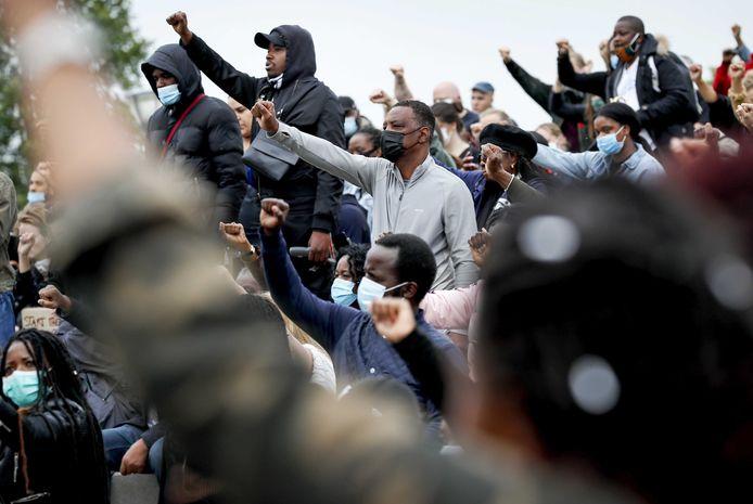Demonstranten tijdens een demonstratie tegen racisme in het Nelson Mandelapark in de Bijlmer, Amsterdam.