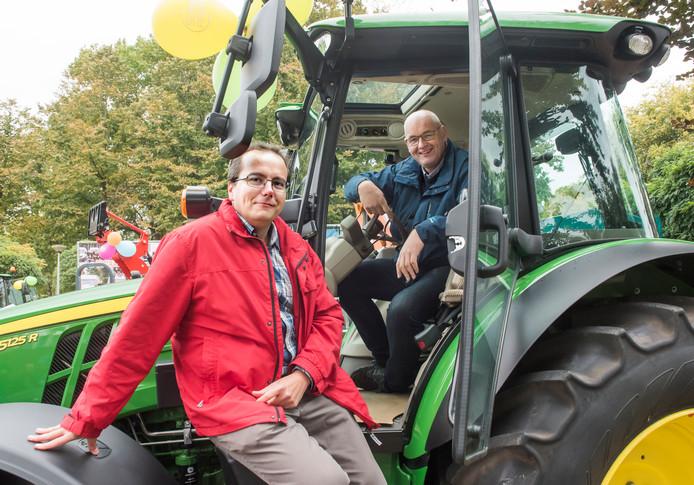Mathijs Lubbertsen en Wouter Schipper in de cabine van het nieuwste model tractor op de Ossenmarkt in Putten: ,,Er komen nog veel meer boerendemonstraties.''