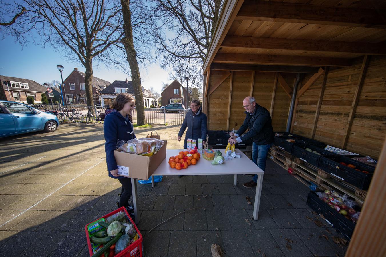 Irene van der Wal (16) kocht boodschappen van een deel van de 200 euro die ze via Tikkies had verzameld. De verse etenswaren zijn voor de Voedselbank Kampen, die door het gehamster een tekort had.
