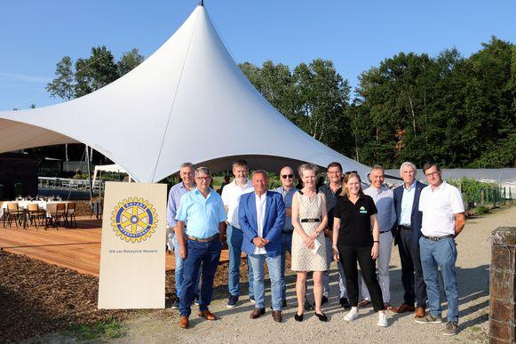 Leden van Rotaryclub Westerlo bij de Velumtent in Tongelsbos.