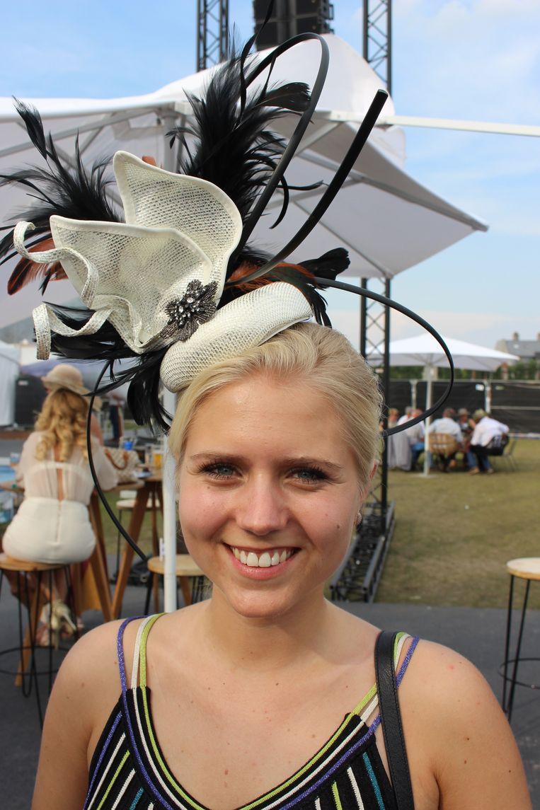 """Shauni d'haeveloose uit Vichte was er al voor de derde keer bij, op waregem Koerse, en telkens zorgt ze ervoor dat ze met een hoed voor de dag kan komen. """"Ik heb het basisstuk online gekocht, en mijn mama heeft de hoed dan wat gepimpt."""""""