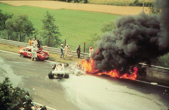 De brandende Ferrari van wereldkampioen Niki Lauda na zijn crash op 1 augustus 1976 in Nürburgring. Lauda kon aan de dood ontsnappen doordat andere rijders hem uit het voertuig bevrijdden.