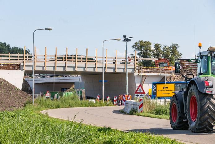 Er wordt volop gewerkt aan de N331 bij Hasselt. Onlangs zijn de liggers geplaatst voor het viaduct bij de aansluiting op de weg naar Genemuiden.