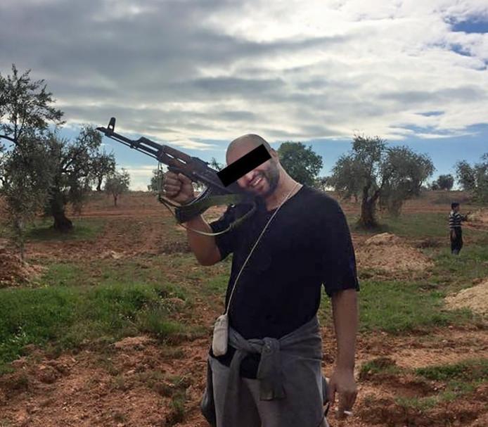 Driss M. zette op zijn Facebookpagina talloze foto's van zichzelf met wapens.
