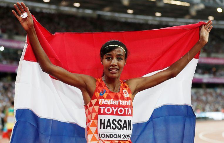 Sifan Hassan met de Nederlandse vlag na het behalen van de bronzen medaille.  Beeld EPA
