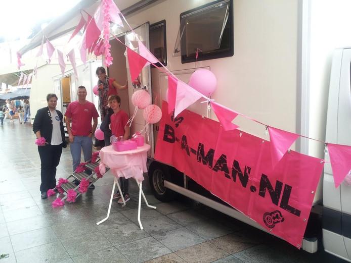 De GGD Hart van Brabant stond met een 'roze' busje bij de kermis