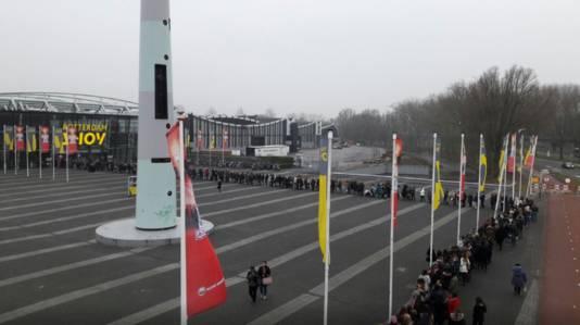 Een hele lange rij voor de Ahoy voor de fabrieksuitverkoop van Hunkemöller.