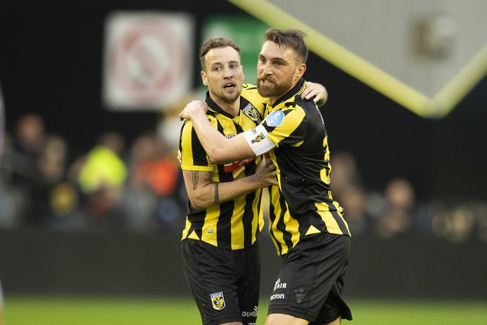 Roy Beerens viert de 2-0 voor Vitesse met Guram Kashia.