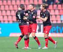 Ploeggenoten proberen Excelsior-speler Ahmad Mendes Moreira te kalmeren nadat hij racistisch bejegend is door de aanhang van FC Den Bosch.