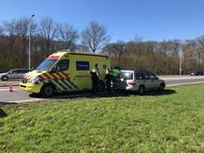 Flinke botsing tussen twee auto's in Almelo
