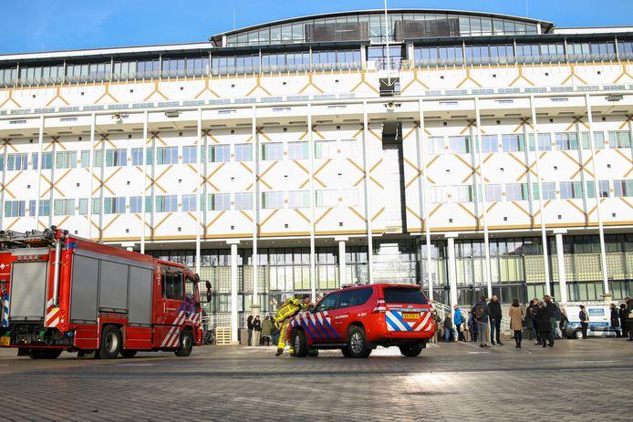 De brandweer arriveert voor het stadhuis van Apeldoorn waar medewerkers al door de dienstdoende bhv'er naar buiten zijn gedirigeerd.