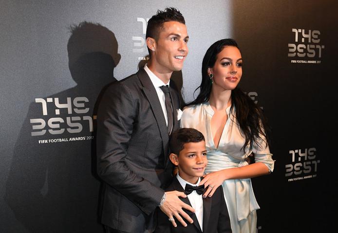 Georgina met Cristiano en zijn zoon tijdens de FIFA Football Awards 2017, in oktober.