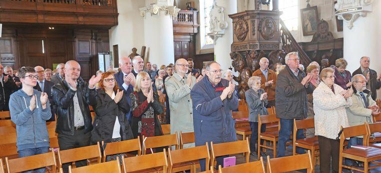 Pater Karel kreeg gisterenochtend een staande ovatie van de kerkgangers.