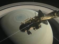 Ruimtesonde ontdekt kilometers lange, heldere strepen op manen van Saturnus