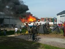 Plezierjacht brandt uit op scheepswerf in Maassluis