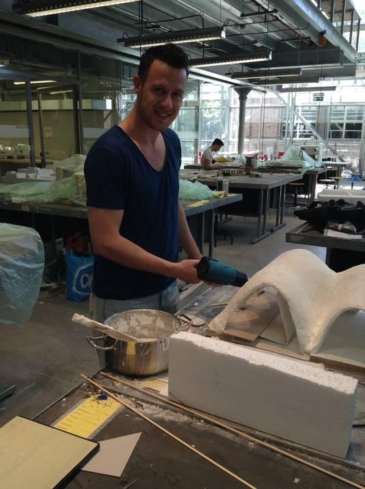 Eric Geboers werkt aan het schaalmodel voor zijn afstudeerproject.