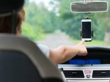 Ook appen met telefoon in houder blijkt levensgevaarlijk