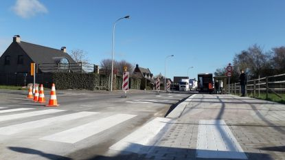 Bloemenwijk heeft eindelijk zebrapad om Rijksweg over te steken