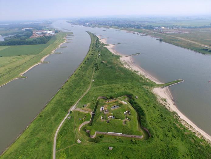 Bij Pannerden splitst de Rijn zich in Waal en Pannerdens Kanaal.
