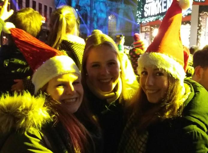 Lindsay (22), Valerie (23) en Nathalie (19, zonder muts)