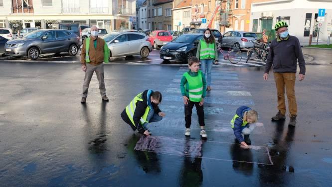 """Groen tekent zelf zebrapad aan Gemeenteplein: """"Gevaarlijke oversteekplaats, en de gemeente grijpt maar niet in"""""""