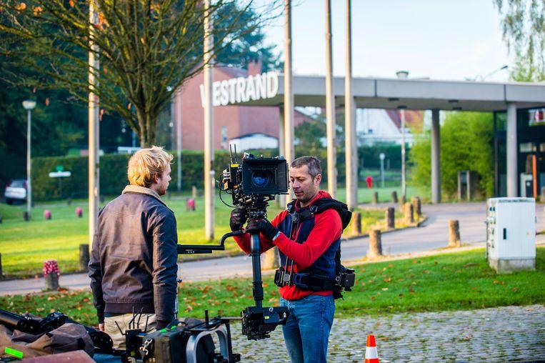 Eén van de cameramannen maakt enkele shots op de parking van CC Westrand.